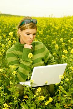 Woman_in_field_laptop_2